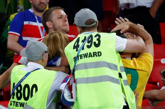 """Trận Brazil – Serbia: CĐV hăng máu """"đấu võ"""" trên khán đài - Ảnh 2."""
