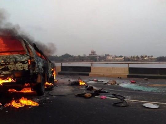 Xe tải chở dầu bắt lửa, 9 người chết thảm - Ảnh 2.