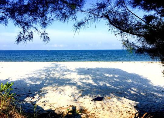 Tận hưởng biển xanh, cát trắng ngày hè trên đảo Quan Lạn - Ảnh 1.
