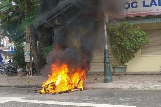 Chạy xe đánh võng, lạng lách, bị côn đồ truy sát, đốt xe máy - Ảnh 1.