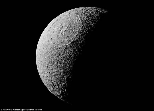Miệng núi lửa rộng 450 km trên mặt trăng Sao Thổ - Ảnh 1.