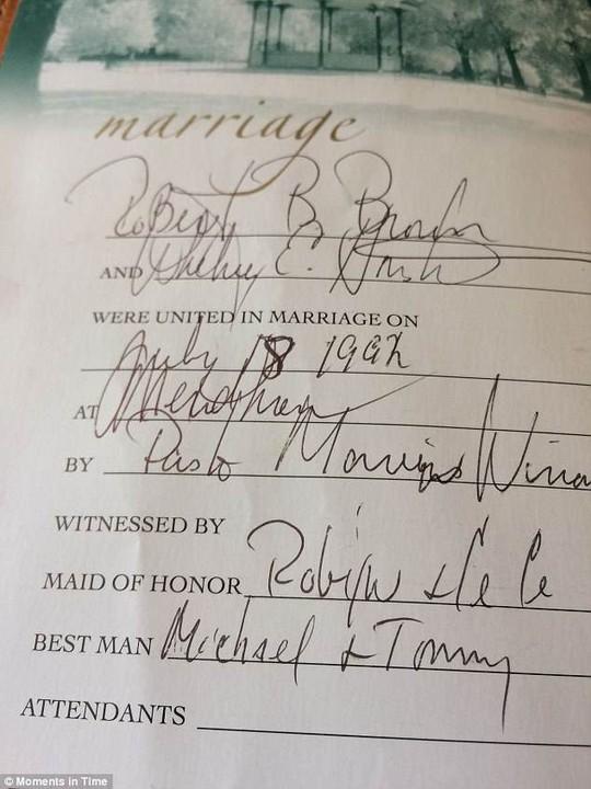 Kinh Thánh của Whitney Houston được rao bán hơn 2 tỉ đồng - ảnh 1