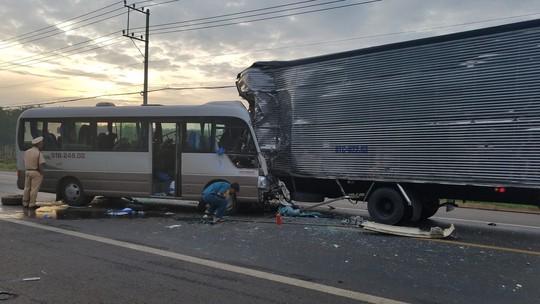 Xe khách tông xe tải trên Quốc lộ 20, 18 người vào cấp cứu - Ảnh 1.