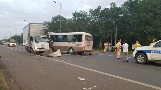Xe khách tông xe tải trên Quốc lộ 20, 18 người vào cấp cứu - Ảnh 2.