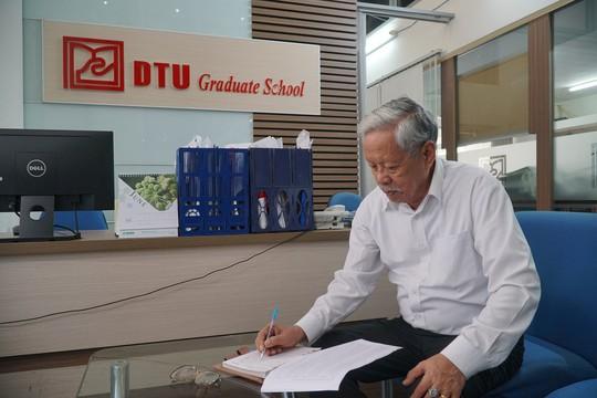 Ba năm đèn sách, cụ ông 85 tuổi lấy bằng thạc sĩ - Ảnh 2.