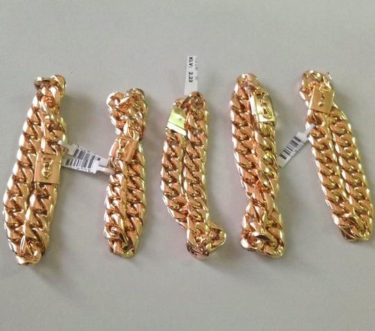 Vờ cầm cố dây chuyền bạc, cuỗm gọn 5 chiếc lắc vàng - Ảnh 1.