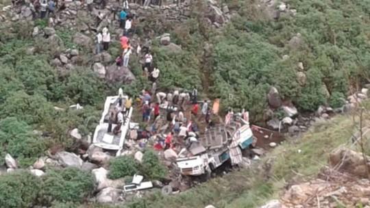 Xe buýt lao xuống vực tung cả nóc, ít nhất 44 người thiệt mạng - Ảnh 2.