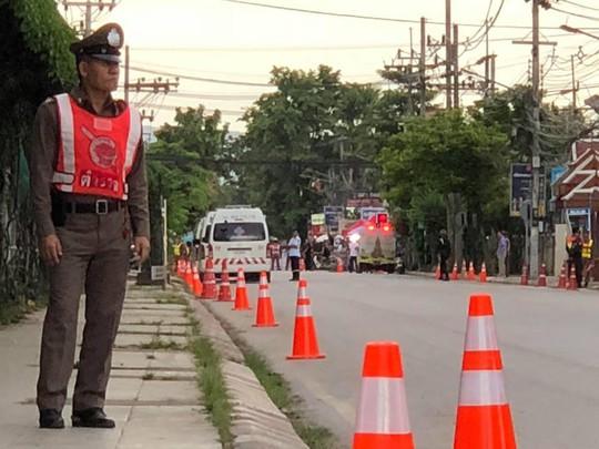 Người Lao Động tường thuật từ bệnh viện điều trị đội bóng mắc kẹt - Ảnh 5.