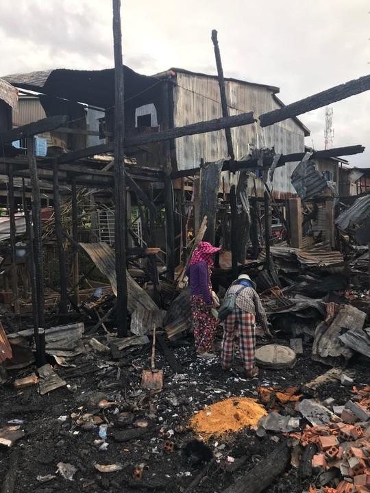 Cháy lớn thiêu rụi nhà cửa hơn 60 gia đình Campuchia gốc Việt - Ảnh 7.
