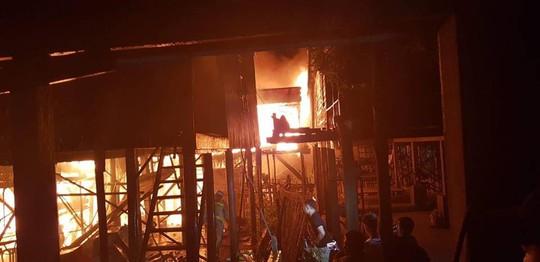 Cháy lớn thiêu rụi nhà cửa hơn 60 gia đình Campuchia gốc Việt - Ảnh 3.