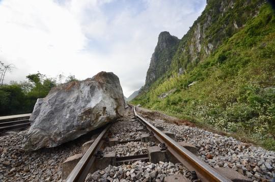 Mưa lớn, nhiều tảng đá trăm tấn rơi xuống chắn ngang đường sắt - Ảnh 2.