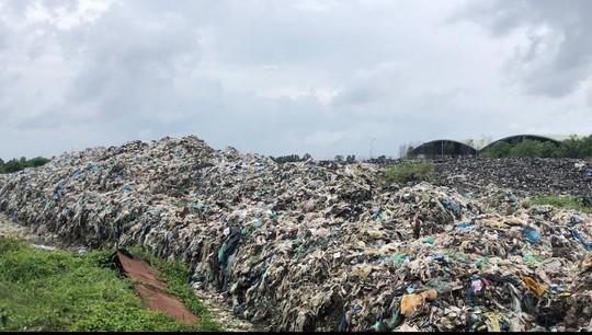 """Dân ở 2 xã đồng loạt """"kêu cứu"""" vì bãi rác gây ô nhiễm kinh khủng - Ảnh 1."""