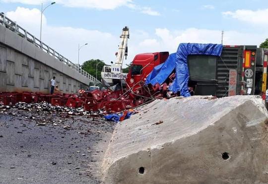 Xe đầu kéo nổ lốp rồi tông dải phân cách, hàng ngàn chai bia đổ kín đường - Ảnh 1.