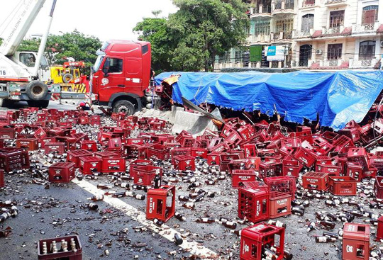 Xe đầu kéo nổ lốp rồi tông dải phân cách, hàng ngàn chai bia đổ kín đường - Ảnh 2.