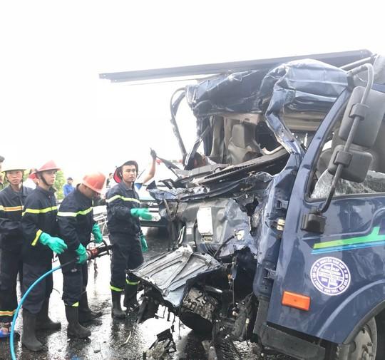 3 ô tô nát bét khi tông nhau trên QL1A, 3 người thương vong - Ảnh 1.