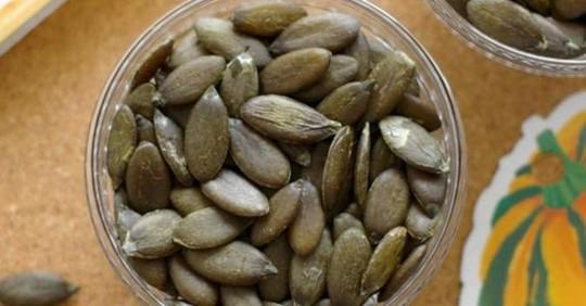 Hạt bí xanh, hàng hiếm 6 triệu/kg vẫn đắt khách - Ảnh 1.