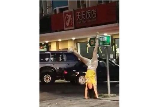 """Nữ du khách Trung Quốc gây """"bão"""" vì trồng cây chuối ở Malaysia - Ảnh 1."""