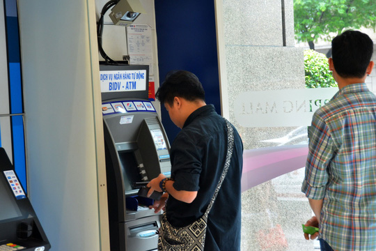 Yêu cầu 4 ngân hàng báo cáo việc tăng phí