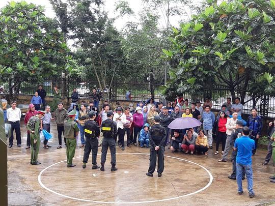 Người dân đội mưa theo dõi phiên tòa vụ xả súng kinh hoàng - Ảnh 3.