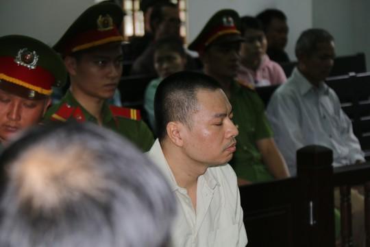 Người dân đội mưa theo dõi phiên tòa vụ xả súng kinh hoàng - Ảnh 5.