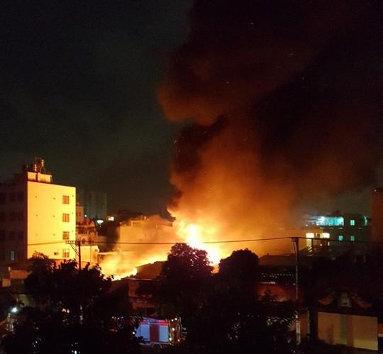 Mới xem xong World Cup, khu dân cư gần chợ Tân Bình náo loạn vì cháy lớn - Ảnh 1.