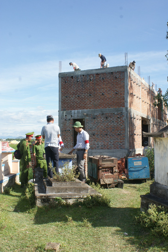 """Bình Định: Cưỡng chế nhà """"quan"""" thôn xây trên đất lấn chiếm - Ảnh 1."""