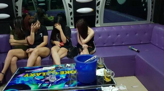 TP HCM: Dân chơi náo loạn khi công an vào quán bar, karaoke - Ảnh 3.