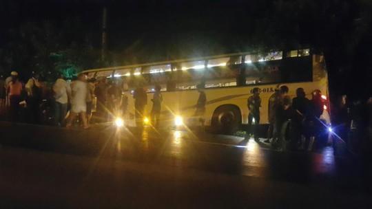Tai nạn xe khách kinh hoàng ở Long An: 3 người trong 1 nhà bị nạn - Ảnh 1.