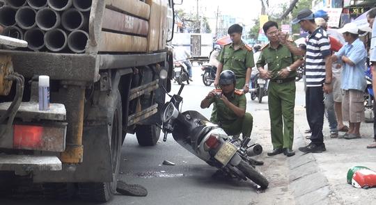 Va chạm xe tải trong lúc chở khách, một tài xế GrabBike tử vong - Ảnh 1.