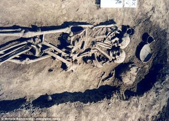 Sự thật gây sốc về cặp đôi ôm nhau 3.000 năm trong mộ cổ - Ảnh 1.