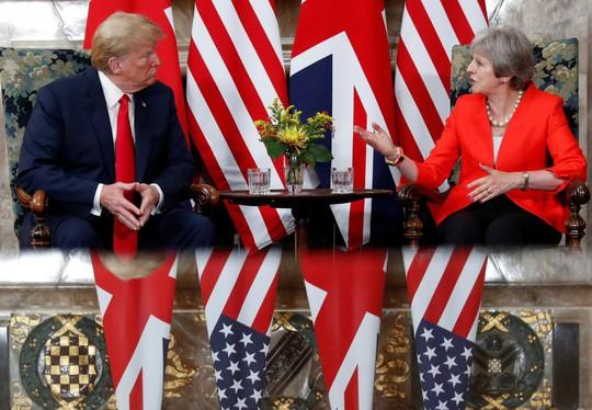 Ông Trump quay ngoắt 180 độ sang ca ngợi bà May - Ảnh 1.