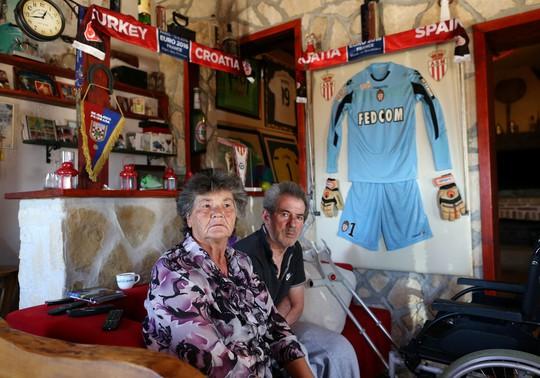 Thăm nhà cũ của Modric, Subasic - Ảnh 2.