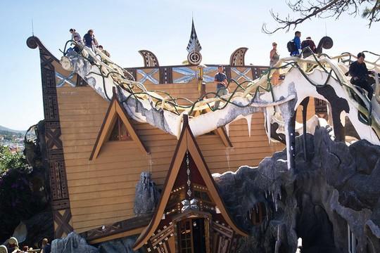 Ngôi nhà ma quái ở Đà Lạt hút khách gần 30 năm - Ảnh 2.