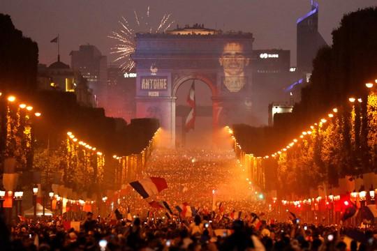 Dân Pháp ăn mừng sáng đêm vì ngôi vương World Cup - Ảnh 9.
