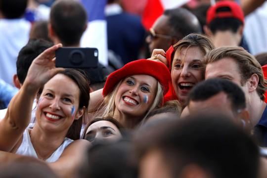 Dân Pháp ăn mừng sáng đêm vì ngôi vương World Cup - Ảnh 7.