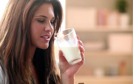 Giảm đột quỵ nhờ…uống sữa béo - Ảnh 1.