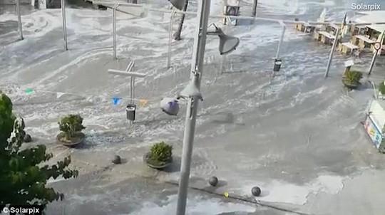 Sóng thần ập vào nhiều bãi biển Tây Ban Nha - Ảnh 1.