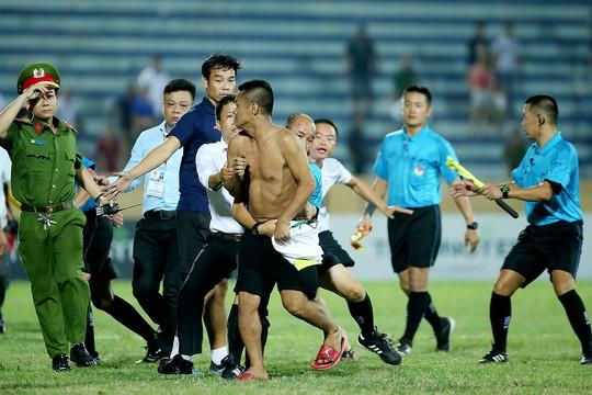 Bóng đá Việt vẫn xấu xí - Ảnh 1.