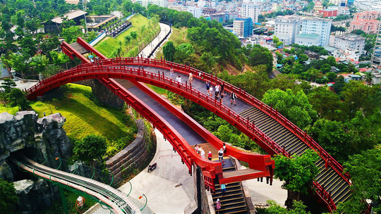 Bắc có cầu Koi, Trung có cầu Vàng, cầu nào đẹp hơn? - Ảnh 1.
