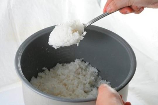 Mẹo bảo quản cơm nguội không bị thiu - Ảnh 1.