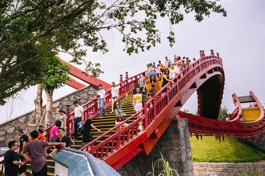 Bắc có cầu Koi, Trung có cầu Vàng, cầu nào đẹp hơn? - Ảnh 3.