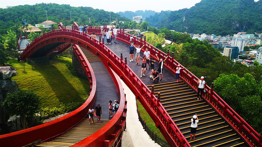 Bắc có cầu Koi, Trung có cầu Vàng, cầu nào đẹp hơn? - Ảnh 5.