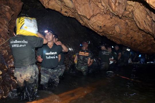 Tìm thấy các cậu bé mắc kẹt trong hang động Thái Lan - Ảnh 2.