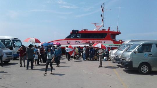 """Hàng ngàn khách du lịch mắc kẹt ở Phú Quốc được """"giải cứu"""" - Ảnh 1."""