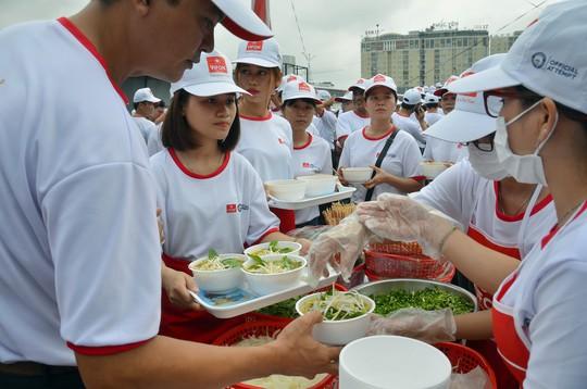 Tô phở hơn 1,3 tấn của Việt Nam lập kỷ lục thế giới - Ảnh 5.