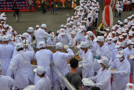 Tô phở hơn 1,3 tấn của Việt Nam lập kỷ lục thế giới - Ảnh 4.