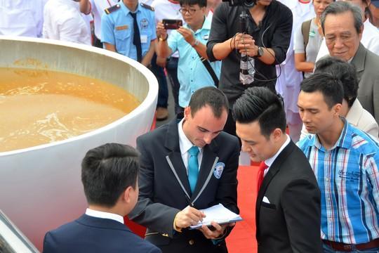 Tô phở hơn 1,3 tấn của Việt Nam lập kỷ lục thế giới - Ảnh 3.
