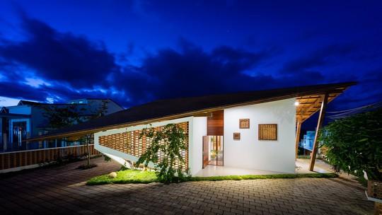 Ngôi nhà mái ngói cấp 4 đẹp như resort khiến nhiều người ước mơ - Ảnh 1.
