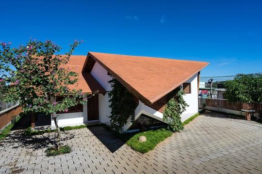 Ngôi nhà mái ngói cấp 4 đẹp như resort khiến nhiều người ước mơ - Ảnh 2.