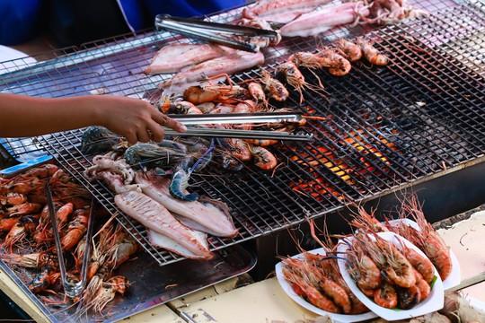 Trải nghiệm những kiểu ăn uống mới lạ ở Thái Lan - Ảnh 2.